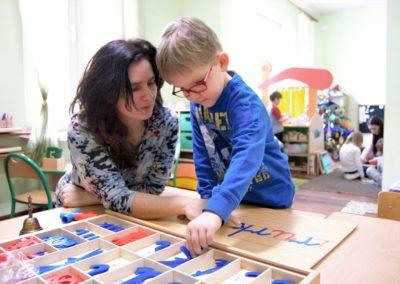 nauka czytania w prywatnym przedszkolu Róża Montessori Warszawa Białołęka
