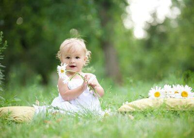 Żłobek Róża Montessori Warszawa. Uśmiechnięte dziecko bawi się na placu zabaw